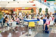 吃在地铁快餐餐馆的人们 免版税库存图片