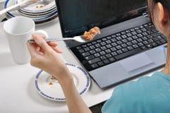 吃在堆的午餐肮脏的板材中,当繁忙和使用lapt时 免版税库存照片