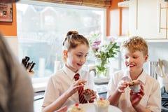吃在学校以后的杯形蛋糕 库存图片