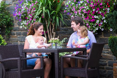 吃在室外咖啡馆的家庭午餐 免版税图库摄影