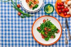 吃在方格的桌布背景的健康食物,顶视图 免版税库存图片