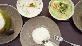 吃在桌上的传统亚洲烹调 地道泰国盘咖喱,汤姆kha汤和米顶视图  影视素材