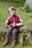 吃在森林里的男孩 免版税库存图片