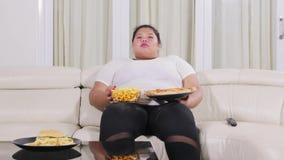 吃在沙发的超重妇女速食 影视素材