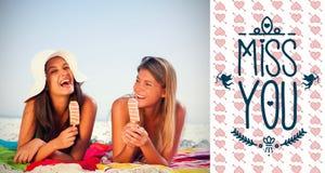 吃在海滩和华伦泰词的女孩的综合图象玻璃 图库摄影