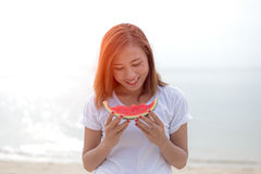 吃在海滩的愉快的少妇西瓜 青年生活方式 幸福,喜悦,假日,海滩, 库存图片