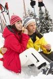 吃在滑雪节假日的中世纪夫妇三明治 免版税库存照片