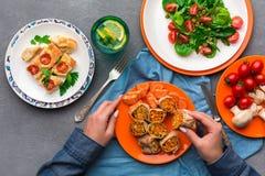 吃在灰色背景,顶视图的妇女健康食物 库存图片