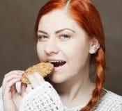 吃在白色背景的妇女一个蛋糕 图库摄影