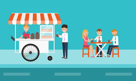 吃在街道上的商人快餐 免版税图库摄影