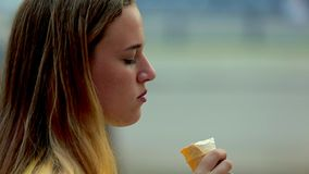 吃在街道上的女孩冰淇凌 特写镜头 影视素材