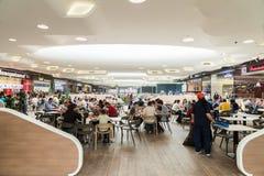吃在豪华商城内部的餐馆的人们 免版税库存照片