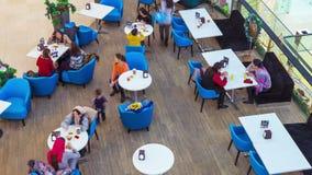 吃在豪华商城内部的餐馆的人们 4K TimeLapse -奇姆肯特1月2017年,哈萨克斯坦 股票录像