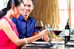 吃在餐馆的亚洲夫妇画象  图库摄影