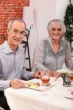 吃在餐馆的夫妇 免版税图库摄影