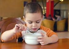 吃在餐馆的孩子 免版税库存照片