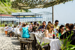 吃在Dalboka淡菜农场的旅客 免版税库存照片