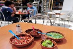 吃墨西哥食物的墨西哥人民 免版税库存图片