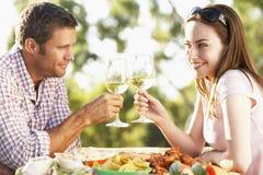 吃壁画膳食的Al夫妇 免版税库存图片