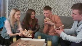 吃外带的薄饼和喝橙汁的小组朋友 股票视频