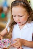吃多福饼的小女孩 免版税库存图片