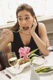 吃夸大妇女 免版税图库摄影