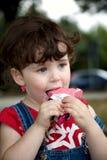 吃女孩一点strawber 免版税图库摄影