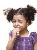 吃女孩三明治的叮咬 免版税库存图片