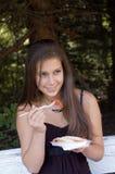 吃女孩三明治 免版税库存图片