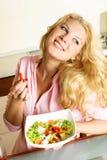 吃女孩俏丽的沙拉 免版税库存照片