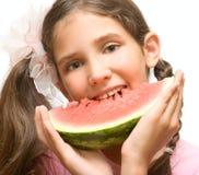 吃女孩可爱的青少年的西瓜 免版税库存图片