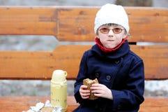 吃女孩她的一点午餐 免版税库存图片