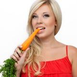 吃女孩富有维生素的红萝卜 免版税库存图片