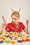 吃女孩寿司 库存照片