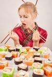 吃女孩寿司 免版税库存照片