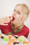 吃女孩寿司 图库摄影
