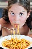 吃女孩少许意大利面食 库存图片