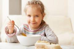 吃女孩少许汤 免版税库存图片
