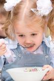 吃女孩少许汤 免版税库存照片