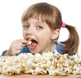 吃女孩少许玉米花 库存照片