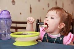 吃女孩少许粥 库存照片