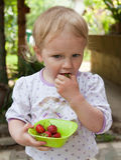 吃女孩少许草莓 库存图片