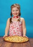 吃女孩少许薄饼 免版税图库摄影