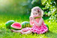 吃女孩少许西瓜 免版税库存照片