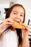 吃女孩年轻人的曲奇饼 库存图片