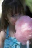 吃女孩年轻人的糖果棉花 免版税库存图片