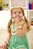 吃女孩愉快的玉米花的特写镜头 免版税库存图片