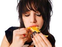 吃女孩桔子 免版税库存图片