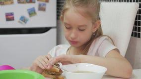 吃女孩的儿童正餐食用家庭少许汤 小女孩吃晚餐 股票录像