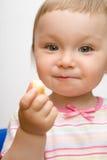 吃女孩的婴孩 免版税库存照片